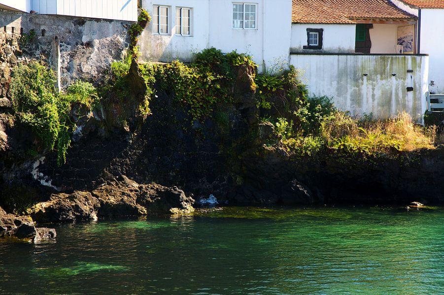 Huizen aan een baai van Jan Brons