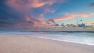 Roze zonsondergang op tropisch eiland van Richard van der Woude