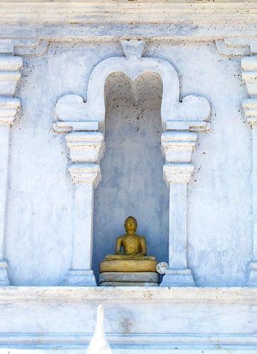 Gouden Boeddha in de nis van de witte stoepa, Sri Lanka