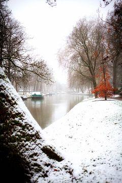 Winter aan het Manenburg in Utrecht met zicht op de Stadsbuitengracht van