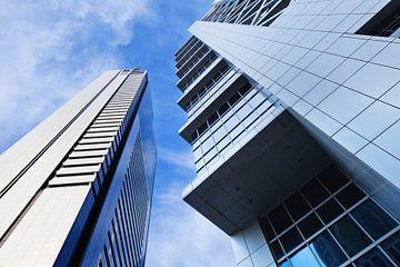 Scharf umrissene moderne Architektur vor blauem Himmel. von Tony Vingerhoets