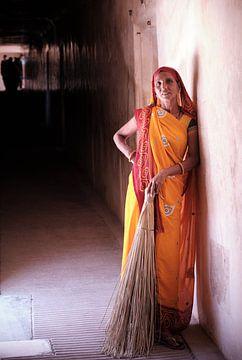Indiase vrouw met bezem van Karel Ham