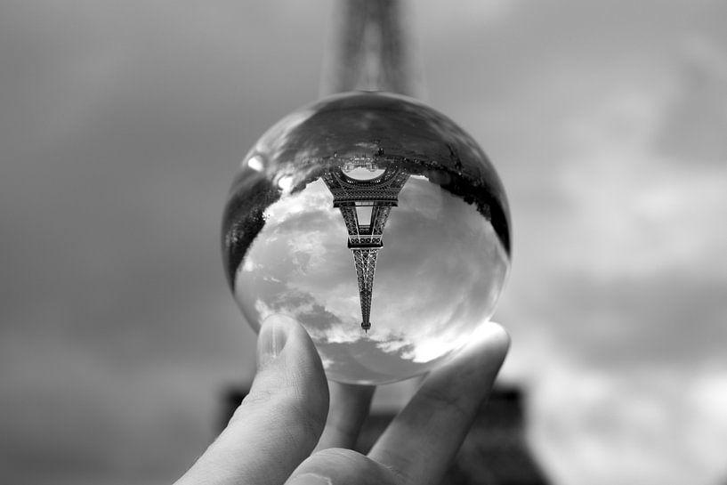 The Eiffel tower at your fingertips van Maarten Mensink