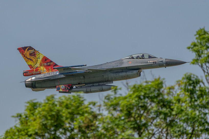 Een bijzonder fraaie Friese Draak is op de staart van een Nederlandse F-16 aangebracht ter gelegenhe van Jaap van den Berg