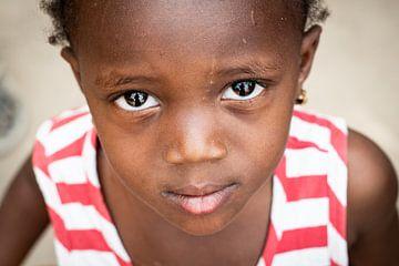 Portret Gambiaans meisje van Ellis Peeters