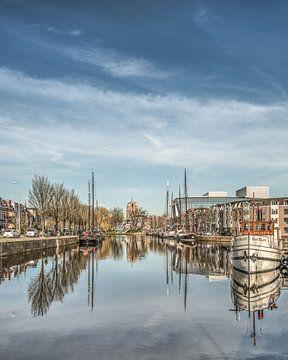 Zicht op de stadsgracht van Leeuwarden met de Oldehove vanaf de verlaatbrug von