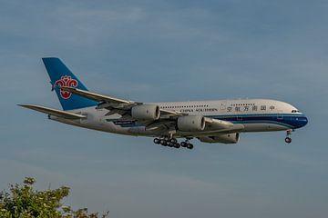 Airbus A380 van China Southern Airlines in de vroege ochtend in landing gefotografeerd bij de Kaagba van Jaap van den Berg