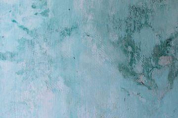 Oude verweerde muur in blauw turquoise kleuren van Inge Hogenbijl