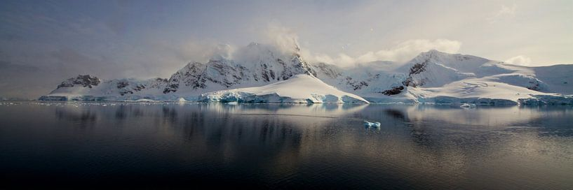 Zee-ijs voor de kust van Antarctica van Eric de Haan