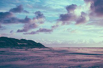 Wolkenlucht op het strand bij Paal 7 op Terschelling No. 2 van Alex Hamstra
