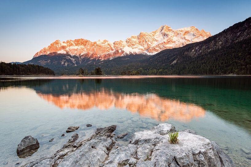 Alpenglow at Zugspitze in Bavaria van Michael Valjak
