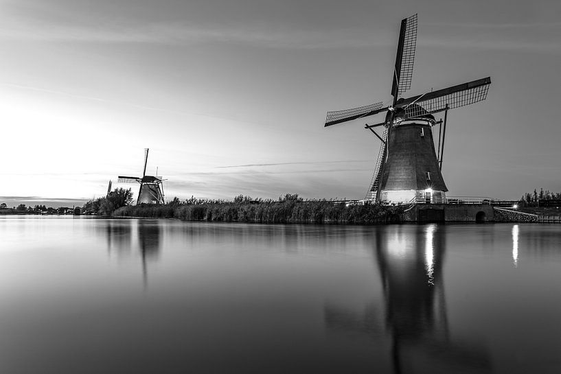 Verlichtte molen bij zonsondergang van Henri van Avezaath