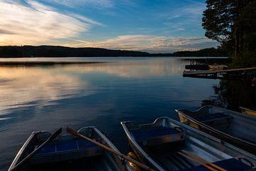 Avond bij het Safssjon meer in Zweden met roeiboten aan de wal van Henk Hulshof