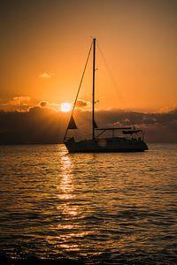 Segelboot mit Sonnenaufgang