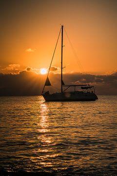 Zeilboot met zonsopgang van Tonny Visser-Vink