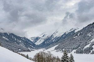 Uitzicht over de met sneeuw bedekte bergen in de Tiroler Alpen in Oostenrijk