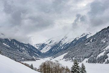 Ansicht über den Schnee bedeckte Berge in den Tiroler Alpen in Österreich von Sjoerd van der Wal