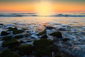 kleurrijke zonsondergang langs de Nederlandse kust