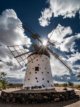 Spaanse windmolen in tegenlicht op het Canarische eiland Fuerteventura van