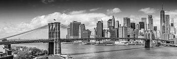 NEW YORK CITY Brooklyn Bridge & Manhattan Skyline | Panorama monochrome sur Melanie Viola
