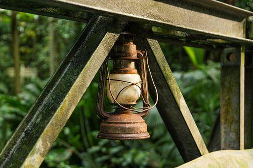Roestige lamp aan een brug in de Bush.