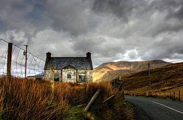 Verfallenes Häuschen in Connemara Irland von Joke Beers-Blom