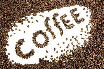 Woord koffie gemaakt van hele bruine koffiebonen van
