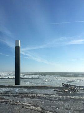 Strandpaal in een IJszee Ameland von Janine Boersma
