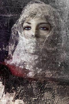 Vrouw komt uit muur van Marijke de Leeuw - Gabriëlse