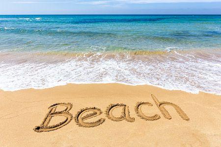 Wort Beach in den Sand am Strand bei See geschrieben