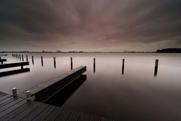Dunkle Wolken über niederländischen Seen von Dirk-Jan Steehouwer