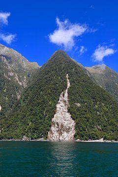 Reflectie in Milford Sound  Nieuw Zeeland van Be More Outdoor