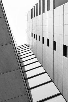 Maastricht -Architectuur Appartementgebouw in zwart wit van Marianne van der Zee