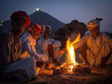 Kamelenhandelaars aan het kampvuur in Pushkar van Teun Janssen