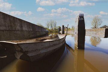 IJzeren roeibootje in nostalgisch sluisje van Roel Bergsma