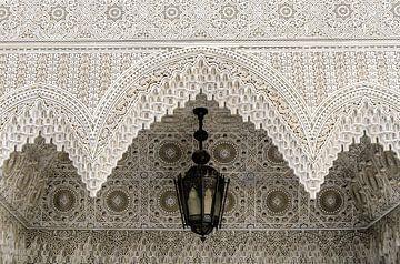 Architectuur arabische ornamenten van een plafond met lamp van Dieter Walther