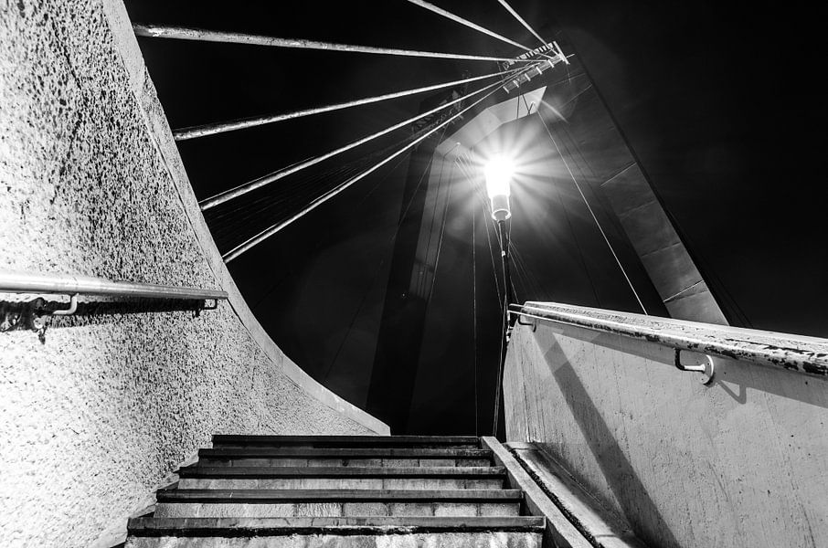 Trap naar de Willemsbrug in Rotterdam (zwart-wit)