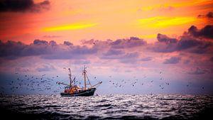 Garnalenkotter voor de kust van Ameland van Karel Pops
