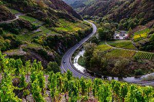 Slingerende autoweg in het dal van de Ahr van