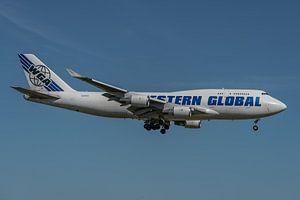 Boeing 747-400 Van Western Global Airlines (vrachtmaatschappij) in de landing op de Kaagbaan bij Sch