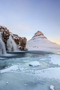 Bevroren sneeuwlandschap in Ijsland
