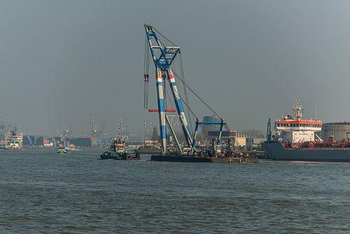Hijsschip in de haven van Rotterdam. van