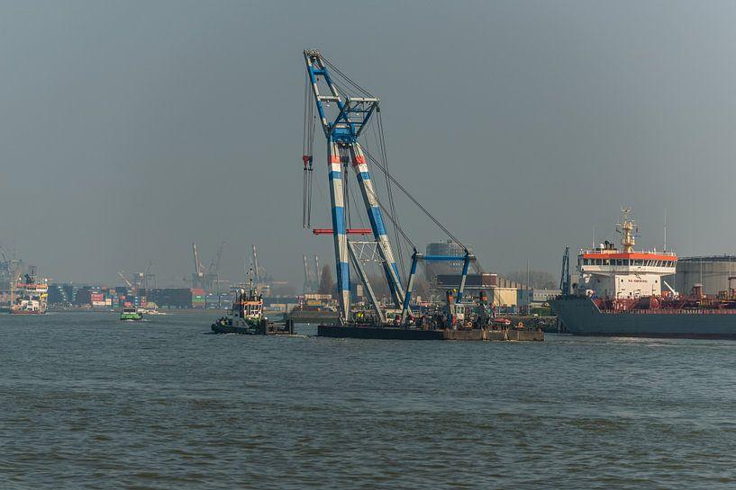 Hijsschip in de haven van Rotterdam. van Brian Morgan
