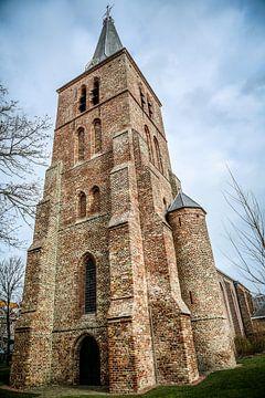 Kerktoren van de protestantse kerk in Domburg (Zeeland) van Fotografie Jeronimo
