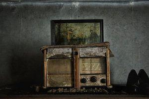 Prachtige spookachtige oude radio in verlaten huis van
