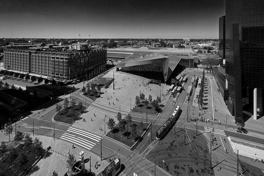 Overzicht Rotterdam Centraal plein in zwart / wit