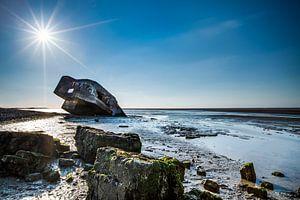 Verdronken bunker op het strand.