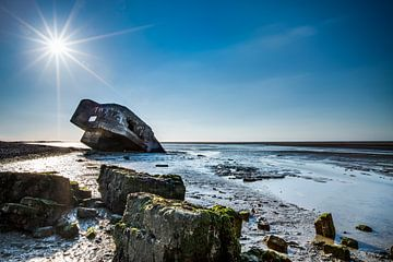 Verdronken bunker op het strand. van