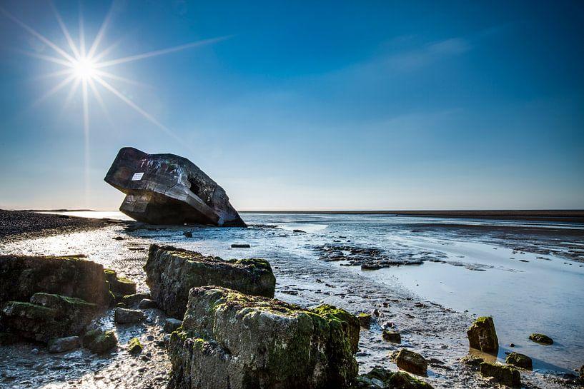 Verdronken bunker op het strand. van Wim Demortier