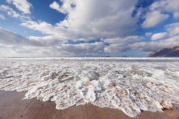 Golven op het strand van Famara in Lanzarote van Markus Lange